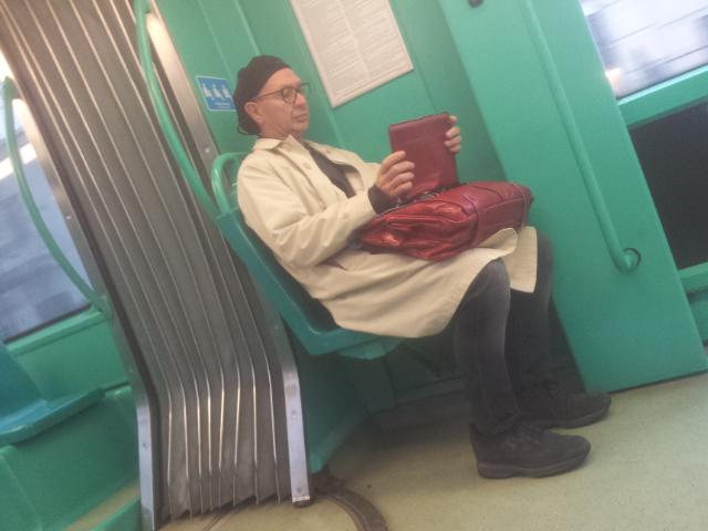 Danio Manfredini in tram, intento a leggere questa recensione, senza sapere di essere seduto accanto all'Autore.