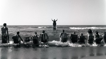 Tadeusz Kantor, Panoramic Sea Happening, Osieki, 1967 (ph Eustachy Kossakowski, da wylaczsystem.pl)